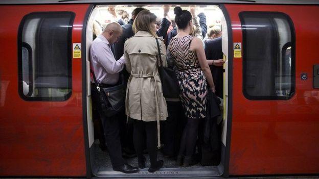 在地铁运输系统里,列车的冷却系统也会使月台上的人们感到闷热。
