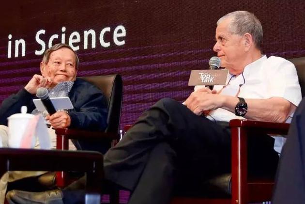 2017年5月12日晚,杨振宁与2004年诺贝尔化学奖获得者阿龙·切哈诺沃、中科院院士施一公一起参加清华研究生会组织的「巅峰对话」,「1957年诺贝尔物理学奖获得者」的身份从35岁起一生紧随着他。尹夕远摄