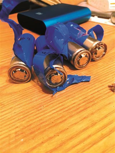 """拆掉包装膜的""""山寨小米""""电池上布满锈点"""