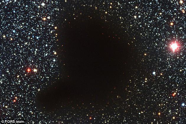 """巴纳德68(Barnard 68)暗分子云充满了气体和尘埃,阻挡了内部所形成的恒星,以及位于其背后的恒星和星系的光线。这个恒星""""温床""""只能通过无线电波进行探测。"""