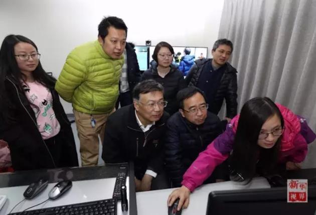 2016年12月22日,在云南丽江观测站,潘建伟(前排右二)、王建宇(前排左一)、彭承志(后排右一)、印娟(后排右二)等科研人员正在做实验。