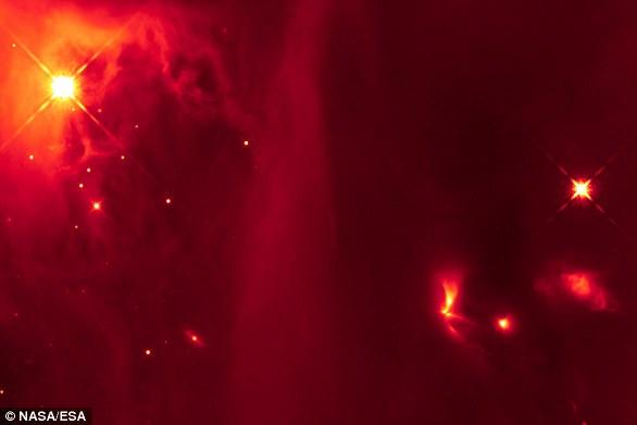 这种红外图像中有一个扇形的明亮天体(右下),据推测是一个联星系统,两颗恒星相互作用时会发出光脉冲。这个原始的联星系统位于英仙座分子云的IC348区域。
