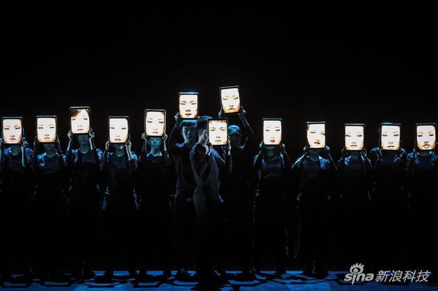京剧三岔口配iPad 反射出的是现代人藏在屏幕后面的一张张麻木的脸