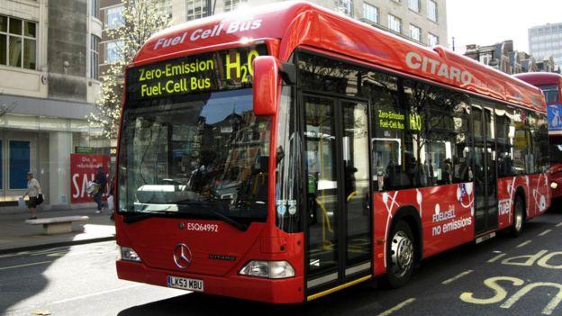 零排放的氢燃料大巴在城市中越来越常见。