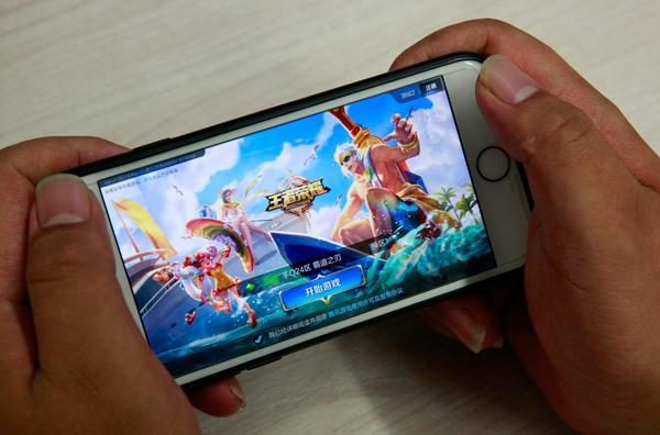 2017年7月5日,西安,一名玩家正准备登录《王者荣耀》。  本文图片均为视觉中国 图
