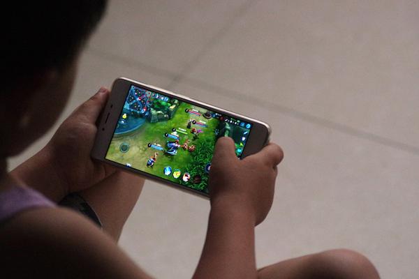 2017年7月2日,山东德州,一名儿童正在玩《王者荣耀》。