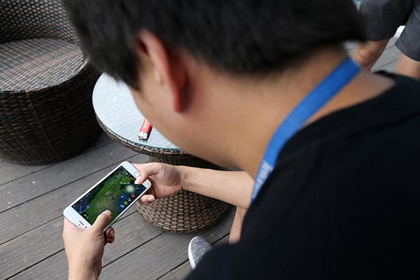 2017年6月23日,成都,一名腾讯的员工在休息区玩《王者荣耀》。