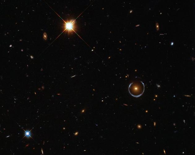 这张图显示了爱因斯坦环(中间偏右)。天文学家已经在宇宙中多次观测到了引力透镜效应,尤其是在星系、星系团和黑洞等特别巨大的天体附近。