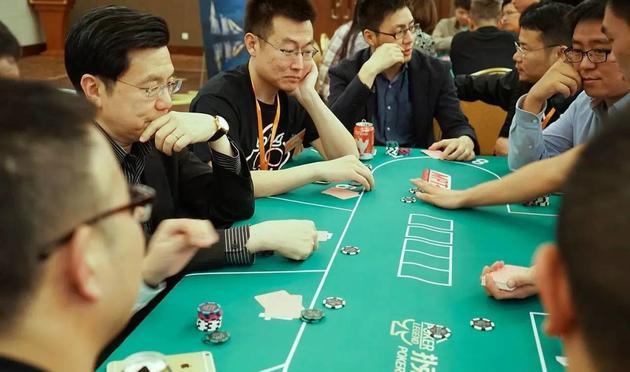 把德州扑克带入中国的是投资人,李开复从2011年就开始在知乎上分享德扑游戏的经验