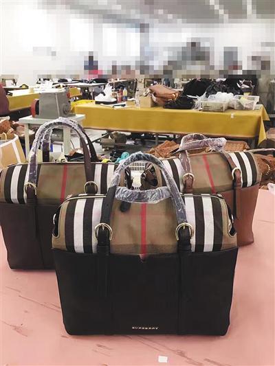 广东某服装厂,一车间正在生产高仿皮具。