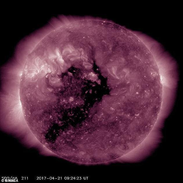 太阳黑子是太阳表面亮度较暗、温度较低的区域,由太阳磁场所引起。它们通常出现在磁场活动密集的区域,当其释放能量时,太阳耀斑和剧烈的太阳风暴便会从太阳黑子中倾泻而出。