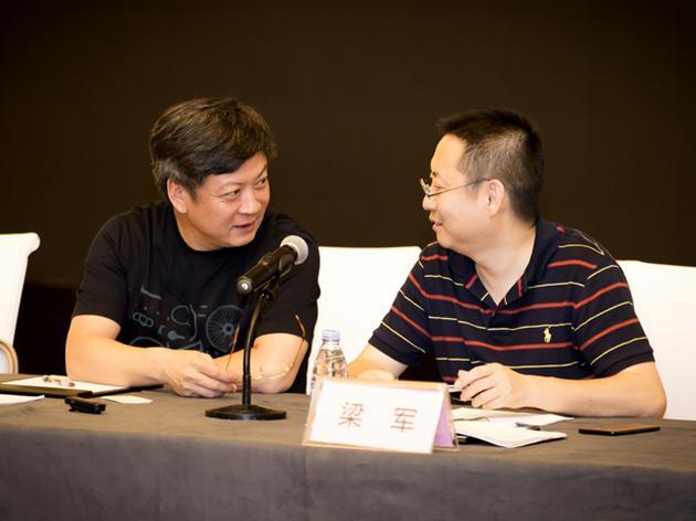 孙宏斌(左)在临时股东大会上与乐视网新任CEO梁军交谈