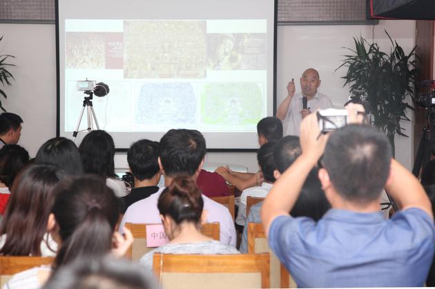 中国文物掩护基金会秘书长詹长法向不雅众展现千手不雅音造像的变迁与更生