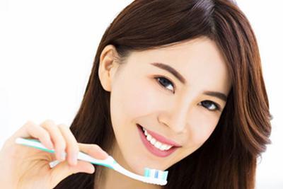 流言揭秘:电动牙刷真的比手动牙刷更好吗?
