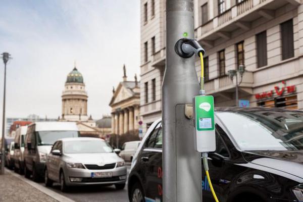 这家公司把路灯改造成了汽车充电站