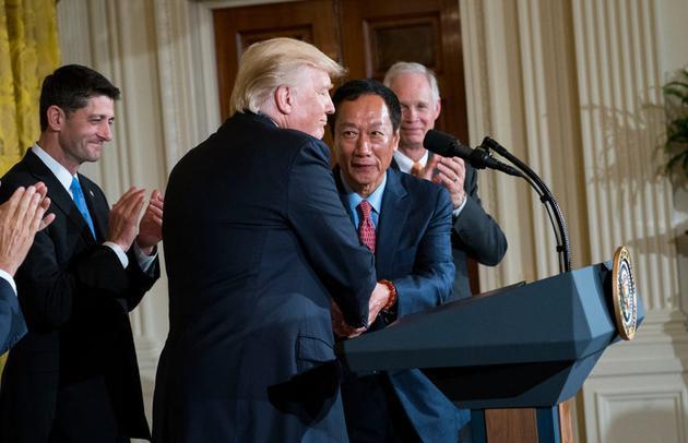 富士康董事长郭台铭(右)与美国总统特朗普(左)
