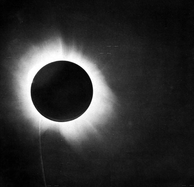 即将在8月21日上演的日全食可不仅仅只是一场简单的美国追日之旅。它还可以是一次绝佳的机会,可以被用来亲自重现20世纪最著名的实验之一。当时,英国物理学家亚瑟·艾丁顿通过一次日全食观测证明恒星光线在时空中的弯曲现象,从而证明爱因斯坦的相对论是正确的
