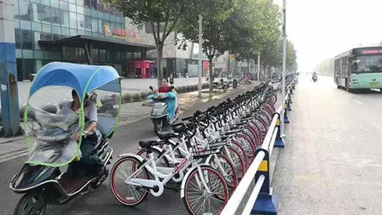 安徽一共享单车摆上机动车道 回应:存在工作疏忽