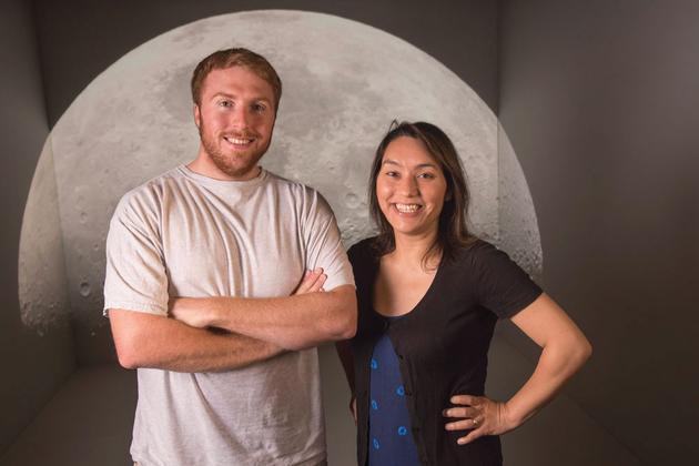 美国加州大学戴维斯分校行星科学家萨拉?斯图尔特和她的学生哈佛大学西蒙?洛克。