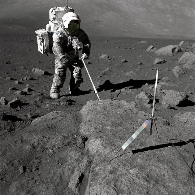 """1973年12月13日,宇航员哈里森?施密特(Harrison Schmitt)在月球""""宁静海""""区域行走至一块岩石。"""