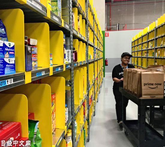 亚马逊新加坡配送中心的员工在提供服务的第一天就开始忙碌起来