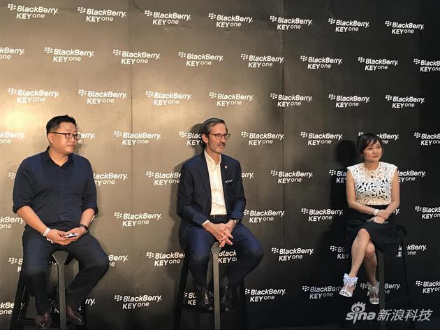 黑莓手机大中华区总经理刘宇(左);TCL通讯高级副总裁、黑莓手机全球事业部总经理Alain Lejeune(中);京东3C事业部总经理陈婷(右)