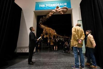 """""""最巨型""""恐龙长啥样:身长堪比波音客机只吃素食"""