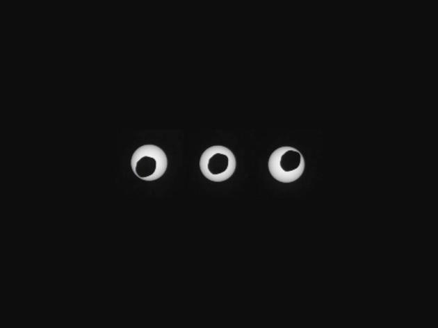 """如图所示,""""好奇号""""火星车观测到日食环,当时火星最大卫星火卫一掠过火星和太阳之间。这张照片拍摄于2013年8月20日,每张照片拍摄时间间隔3秒。"""