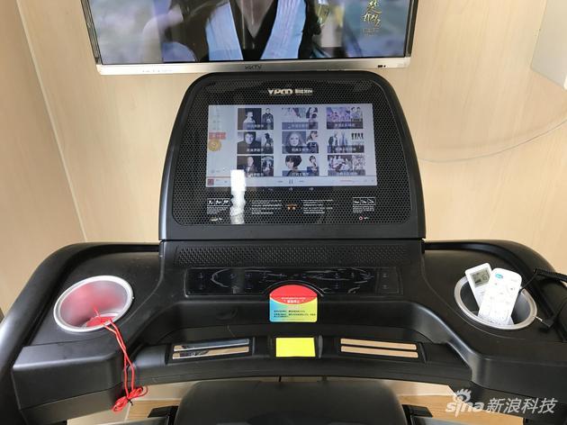 跑步机有一块彩色显示屏,左右有储物的空间