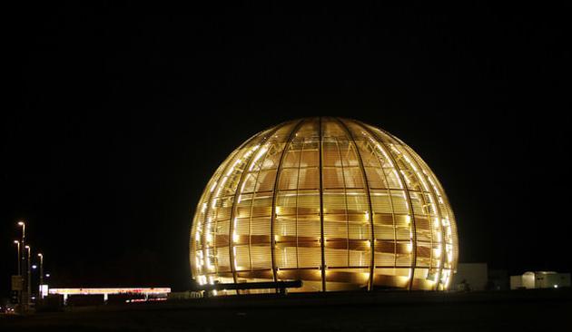 图中是瑞士日内瓦市被夜晚灯光照亮的欧洲核子研究中心。