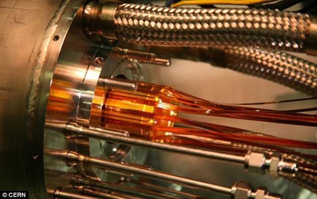 之前科学家使用激光刺激反物质原子,并使其发光,这是揭晓宇宙重大谜团的关键一步,他们在欧洲核子研究中心(CERN)进行ALPHA实验(图中所示)。