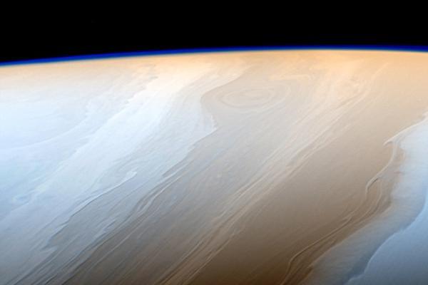 卡西尼飞船发回壮观土星照片:云层如宇宙之笔勾勒