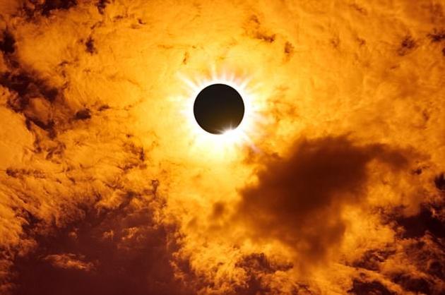 """日全食发生时,月球完全遮挡住了太阳,此时会显现出日冕""""如同珍珠般的白色光晕"""",这是肉眼在其他任何时候都不可能看到的。"""