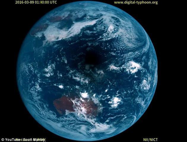 2016年的太平洋日食期间,日本的向日葵8号气象卫星捕捉到了月球阴影经过太平洋的时刻,细节的清晰程度令人难以置信。