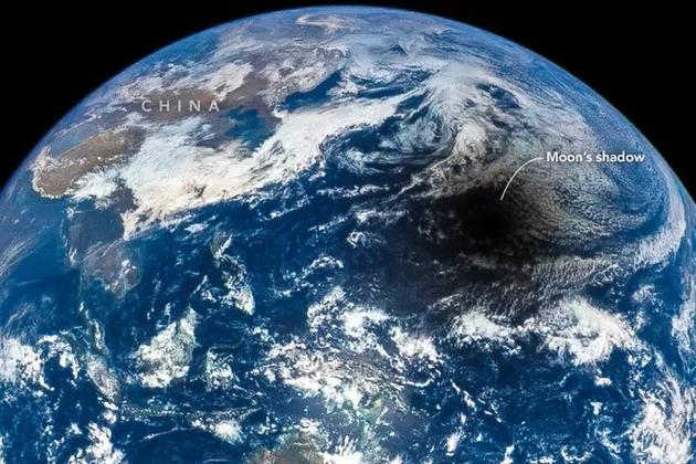 图中是日全食期间月球在地球表面投下的阴影,通常太阳是从东方升起,在西方落下,而日全食期间人们所观测的日全食运行轨迹是从西至东。
