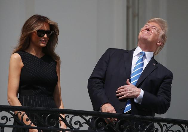 美国总统特朗普和第一夫人在白宫观看日全食,当时特朗普未佩戴日食观测镜。