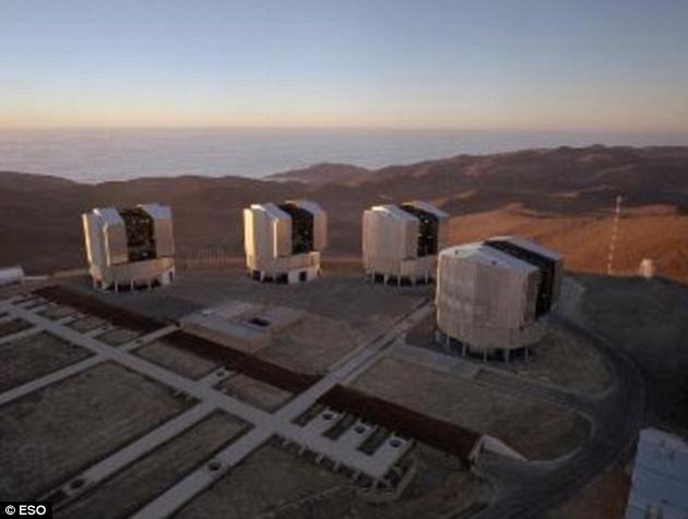 甚大望远镜阵列系统能够利用4台单独的大型望远镜相结合,构建一台虚拟的超大型望远镜,这就使得科学家们有可能实现任何一台单独的望远镜都难以企及的超高分辨率。
