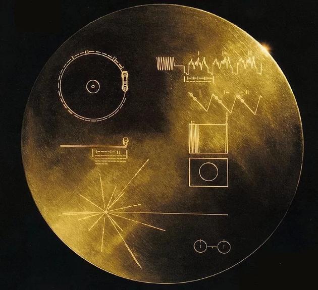"""图中是1977年发射的""""旅行者1号""""和""""旅行者2号""""探测器携带的黄金唱片封面图案。"""