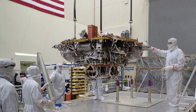 """图中是洛克希德?马丁太空系统公司无尘室中技术人员正在检测""""洞察力""""太空飞船。"""