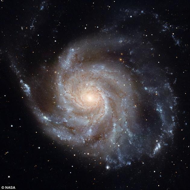 研究人员追踪了所有恒星光子的运动轨迹,并预测了银河系在紫外线、可见光和热辐射下分别呈什么模样。