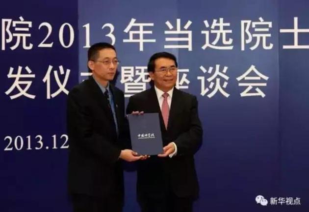 2013年12月19日,中科院院长白春礼(右)为新当选的院士施一公颁发院士证书。 新华社记者 金立旺 摄