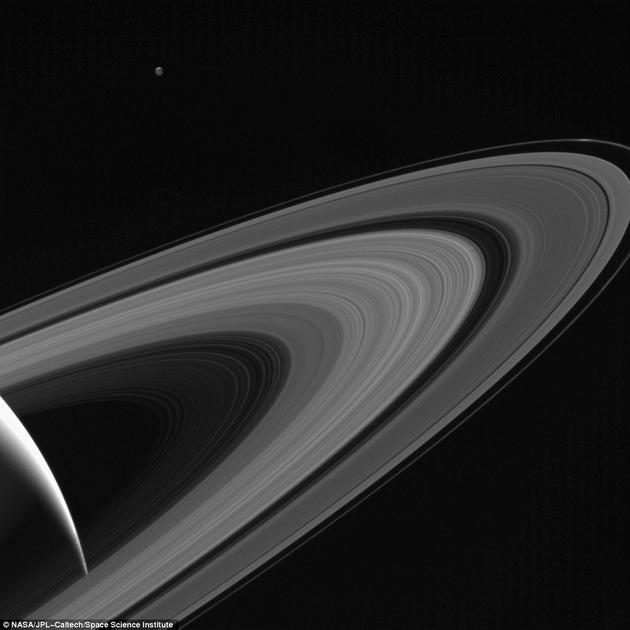 这是土星的众多卫星之一,但在这张照片里,土卫三似乎成为了土星唯一的伴侣。拍摄这张照片时,卡西尼飞船距离这颗小卫星大约150万公里