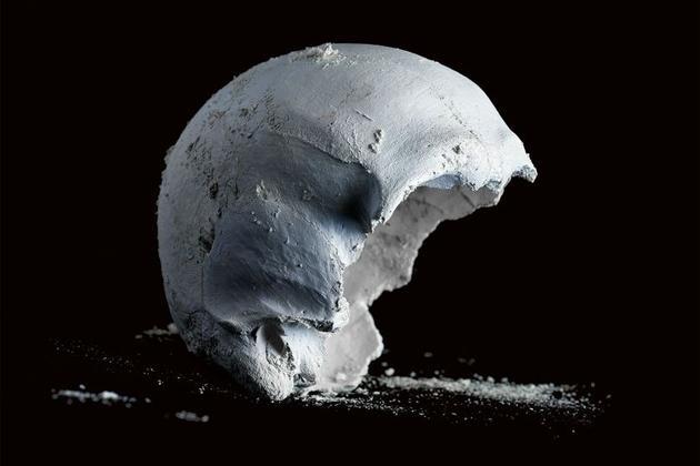 头骨的作用是保护大脑,使其成为人体最坚硬的骨骼部分,但是在碱性水解处理过程中,头骨是最难处理的尸体部分。