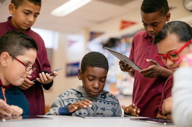 加州一座中学的学生使用iPad合作完成课堂任务
