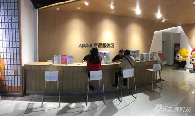 图:南京新街口苏宁易购云店内的苹果产品服务专区