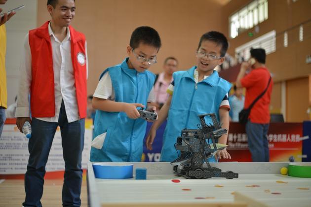 ▲學生在科學節上DIY機器人,感受科技帶來的快樂