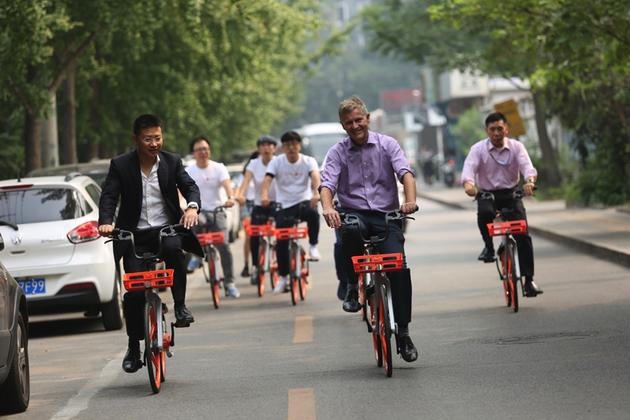 联合国副秘书长兼环境署执行主任埃里克·索尔海姆(右)与王晓峰(左)在京骑行