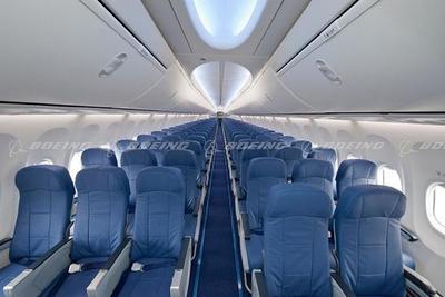 飞机上的座位越来越窄,有人开始担心逃生问题
