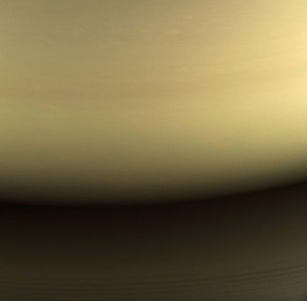 这是卡西尼探测器最后拍摄的可见光土星图像,该图像是由红色、绿色和蓝色光谱过滤器形成的。