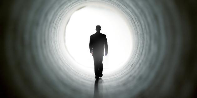 大多数人在濒死时会出现幻觉,他们会梦见自己与早已去世的家庭亲人团聚,另外一些人发现自己正忙着准备出门,也有人梦见自己人生中一些特别有意义的时刻在眼前一幕幕回放,有些人则报告看到一条尽头充满光亮的隧道